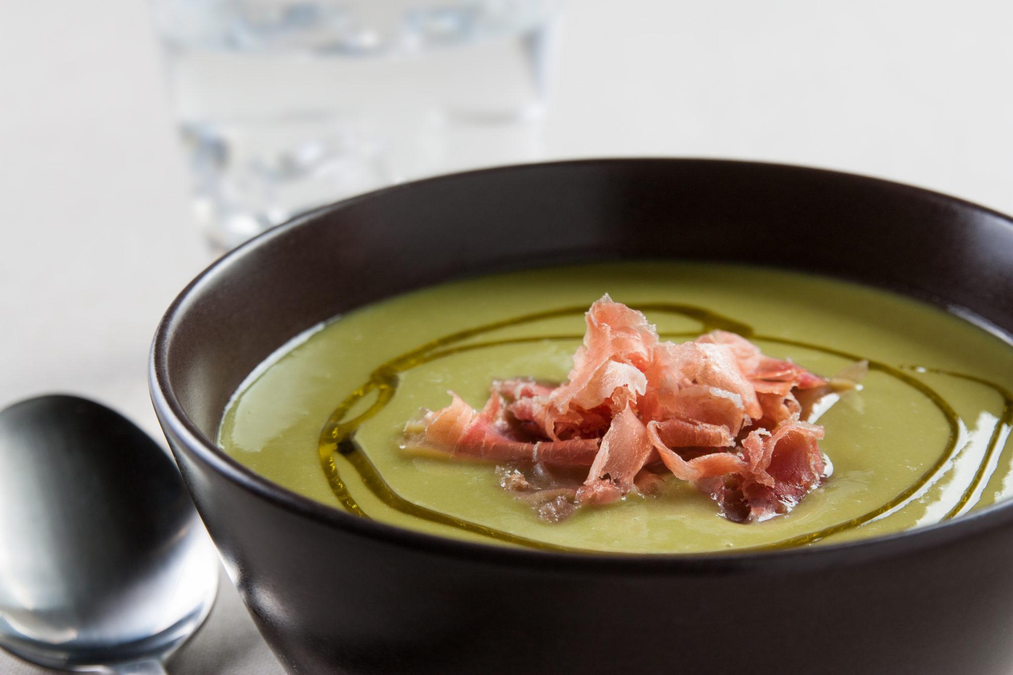 Plato de sopa de melón con jamón y aceite de oliva.