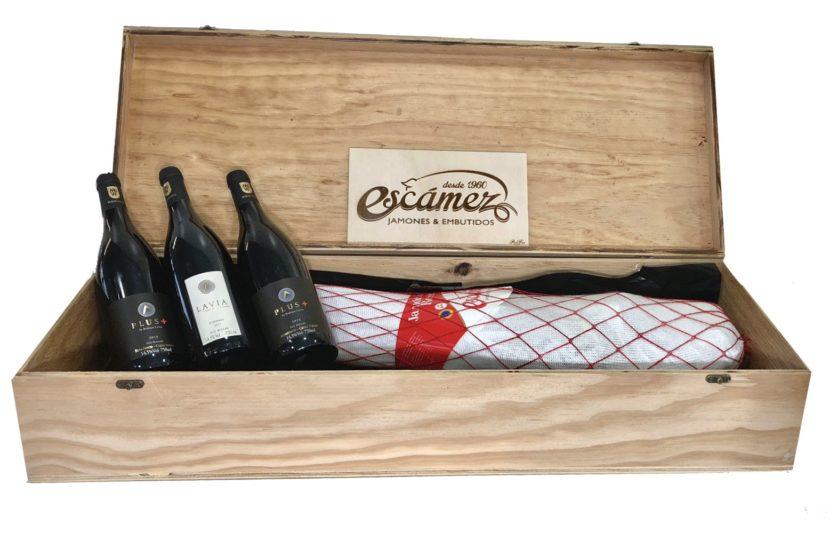 Cofre de madera con jamón serrano reserva, mejor jamón de españa 2020, junto a tres botellas de vino lavia
