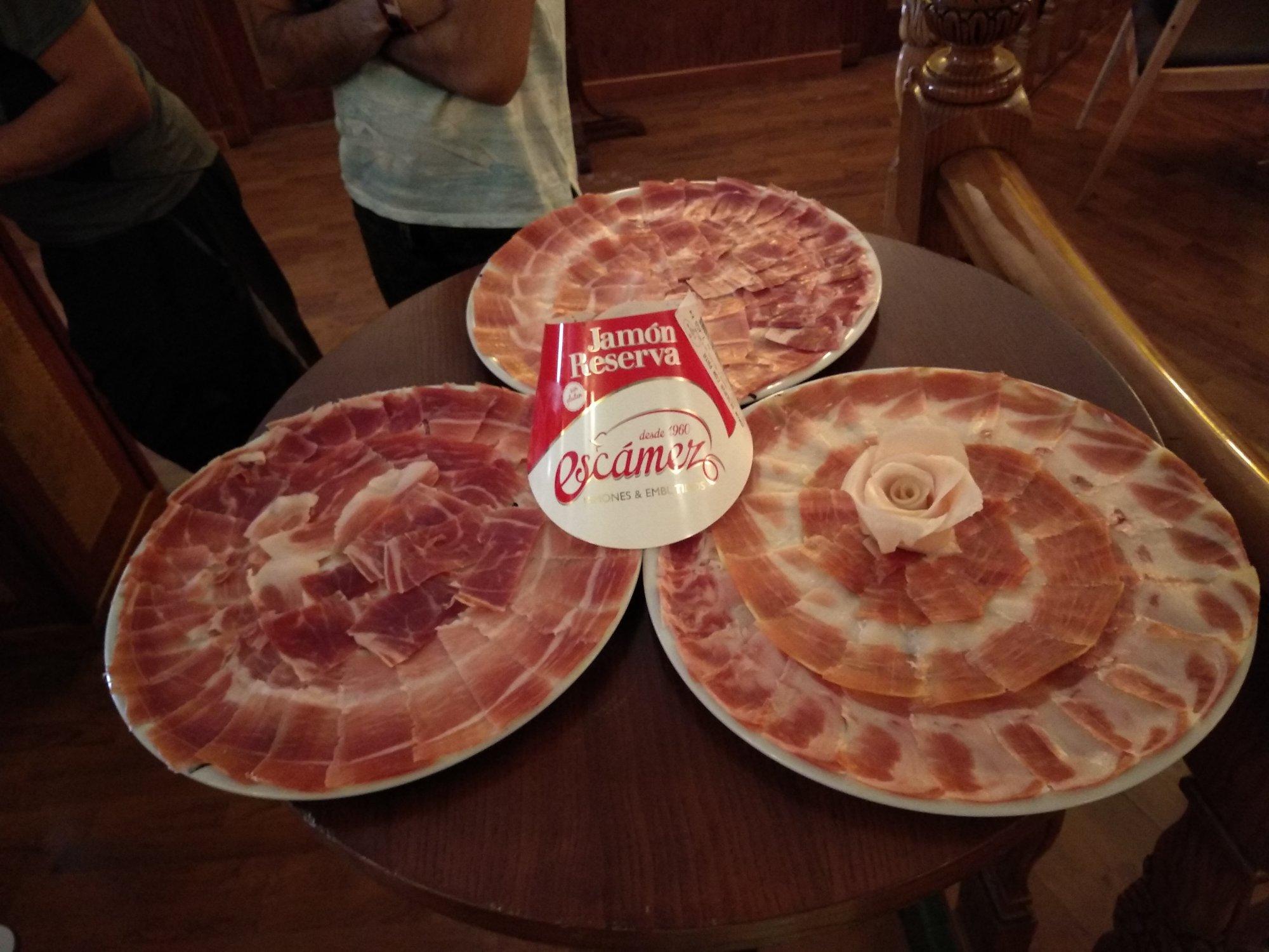 Presentación de tres platos de jamón al corte cuchillo. Finas lonchas de excelente sabor