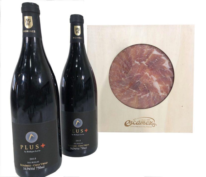 Jamón serrano loncheado al corte cuchillo junto a dos botellas de vino Lavia plus